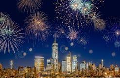 Skyline com fogos-de-artifício de piscamento - exposição longa de New York City imagem de stock