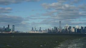 Skyline com os arranha-céus famosos de Manhattan e de East River video estoque