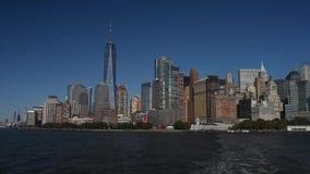 Skyline com os arranha-céus famosos de Manhattan e de East River Excursão da água à ilha da liberdade vídeos de arquivo