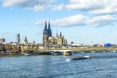Skyline da água de Colônia com abóbada Imagens de Stock