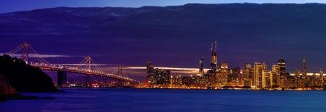 Skyline da área de San Francisco Bay após o por do sol Imagens de Stock Royalty Free