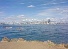 Skyline da agulha do espaço de Seattle com Kayakers Imagem de Stock Royalty Free