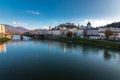 Skyline da arquitetura da cidade de Salzburg com uma vista da fortaleza Hohensalzburg fotografia de stock royalty free