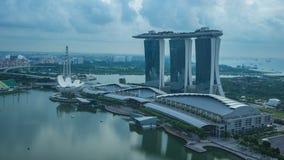 Skyline da arquitetura da cidade de Singapura com dia das construções do marco ao lapso da noite na cidade de Singapura video estoque
