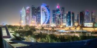 Skyline da baía e do centro da cidade ocidentais de Doha, Catar Fotos de Stock Royalty Free