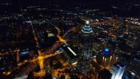 Skyline da baixa Atlanta da noite, sinais Geórgia da autoestrada, EUA video estoque