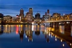 Skyline da baixa da cidade de Portland no crepúsculo fotos de stock