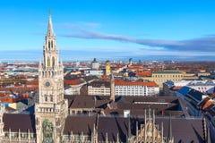 Skyline da câmara municipal e da cidade de Marienplatz em Munich, Alemanha Fotos de Stock Royalty Free