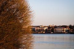 Skyline da cidade através de um rio imagens de stock