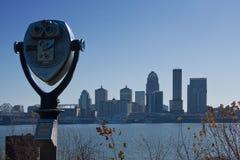 Skyline da cidade com visor binocular foto de stock