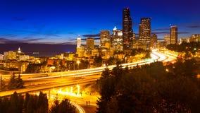 Skyline da cidade da noite de Seattle  Fotos de Stock Royalty Free