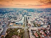 A skyline da cidade de Bucareste com o filtro nostálgico do olhar aplicou-se foto de stock