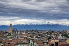 Skyline da cidade de C4marraquexe com contexto de montanhas de atlas imagens de stock royalty free