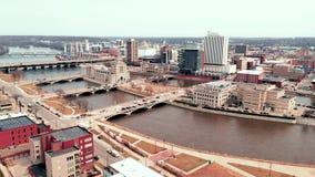 Skyline da cidade de Cedar Rapids Iowa Riverfront Downtown da vista a?rea video estoque