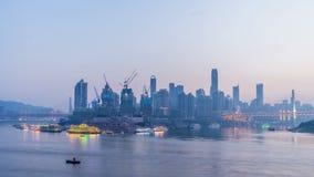 Skyline da cidade de Chongqing Lapso de tempo Do dia à noite vídeos de arquivo