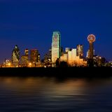A skyline da cidade de Dallas na noite disparou sobre a trindade Fotografia de Stock Royalty Free