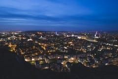 Skyline da cidade de Edimburgo na noite com os penhascos de Salisbúria no primeiro plano foto de stock