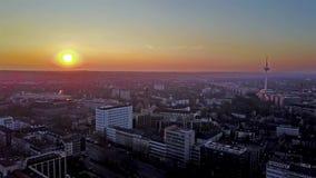 A skyline da cidade de Essen durante o por do sol, antena - Alemanha vídeos de arquivo