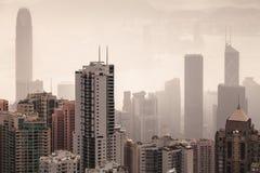 Skyline da cidade de Hong Kong no dia nevoento fotos de stock