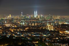 Skyline da cidade de Kuala Lumpur na noite, vista de Jalan Ampang em Kuala Lumpur, Malásia Foto de Stock Royalty Free