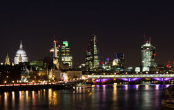 Skyline da cidade de Londres na noite Fotos de Stock Royalty Free