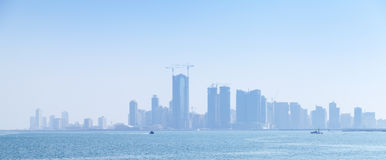 Skyline da cidade de Manama, Barém Arranha-céus no embaçamento Fotografia de Stock Royalty Free