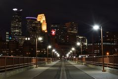 Skyline da cidade de Minneapolis na noite da parte superior a ponte de pedra do arco Imagem de Stock