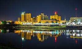 Skyline da cidade de Monroe louisiana na noite foto de stock royalty free