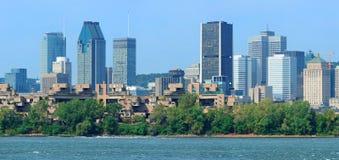 Skyline da cidade de Montreal sobre o panorama do rio Foto de Stock