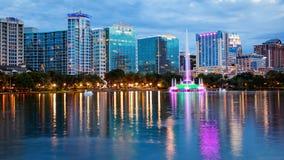 A skyline da cidade de Orlando, Florida no lago Eola como a noite cai logotipos Fotografia de Stock Royalty Free
