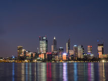 Skyline da cidade de Perth no crepúsculo, Austrália Ocidental Fotos de Stock Royalty Free