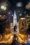 Skyline da cidade de Philadelphfia com fogos-de-artifício fotografia de stock