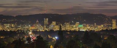 A skyline da cidade de Portland ilumina-se acima na noite fotos de stock royalty free