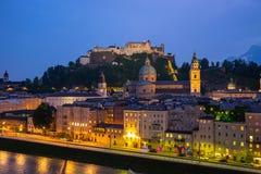Skyline da cidade de Salzburg na noite em Salzburg, Áustria imagem de stock royalty free