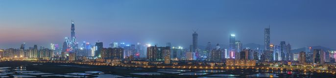 Skyline da cidade de Shenzhen, China no crepúsculo Fotografia de Stock Royalty Free