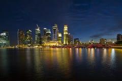 Skyline da cidade de Singapore na hora azul Foto de Stock Royalty Free
