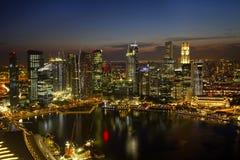 Skyline da cidade de Singapore no crepúsculo Fotografia de Stock