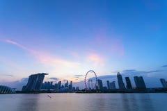Skyline da cidade de Singapura com céu bonito imagem de stock royalty free