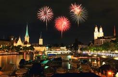 A skyline da cidade de Zurique na noite Imagens de Stock
