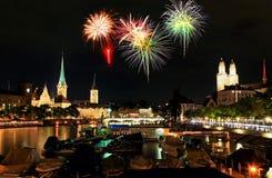 A skyline da cidade de Zurique na noite Fotografia de Stock Royalty Free