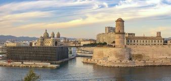Skyline da cidade do panorama de Marselha França no porto de Vieux foto de stock