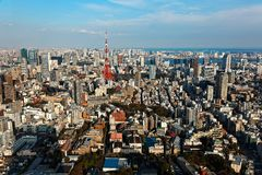 Skyline da cidade do Tóquio do centro em um dia ensolarado bonito, com a torre famosa do Tóquio do marco imagem de stock