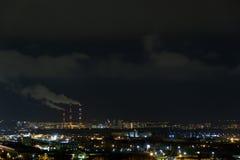 skyline da cidade na noite A opinião da noite de uma vizinhança com baixos blocos de apartamentos iluminou luzes da janela fotografia de stock