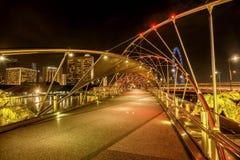 Skyline da cidade da ponte por Marina Bay Sands na noite, Singa Fotos de Stock Royalty Free