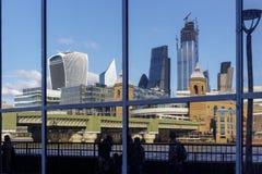 A skyline da cidade refletiu em uma construção na margem sul do rio Tamisa em Londres o 11 de março de 2019 fotografia de stock