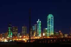 A skyline da Dallas, Texas iluminou-se na noite fotografia de stock royalty free