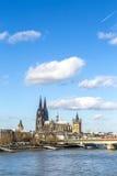 Skyline da água de Colônia com abóbada Fotos de Stock Royalty Free
