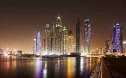 Skyline da margem de Dubai na noite, Emiratos Árabes Unidos Imagens de Stock