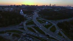 Skyline da megalópole Tiro aéreo sobre Kiev, Ucrânia após o por do sol Skyline da cidade filme