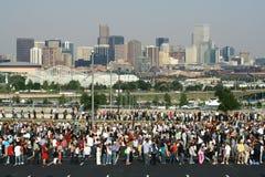 Skyline da multidão e da cidade Fotos de Stock Royalty Free